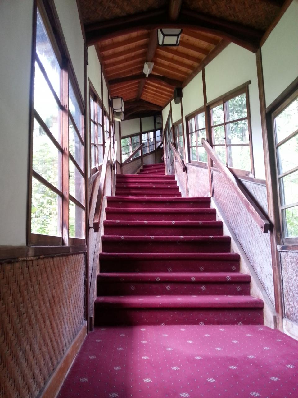 (2)斜面の建物をつなぐ階段