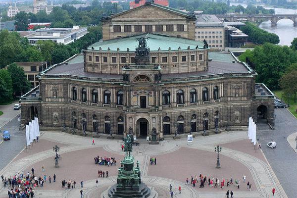 ゼンパー歌劇場とドイツ人の家族